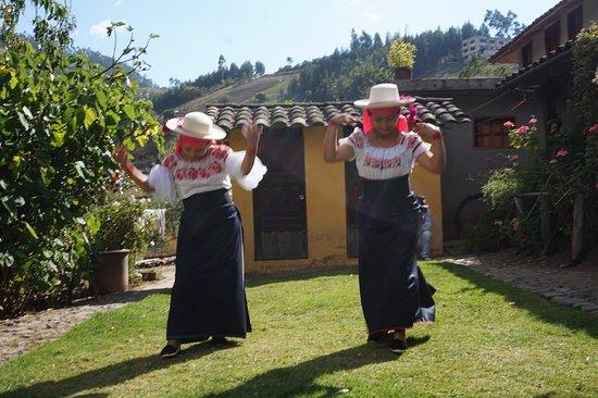 Une danse traditionnelle ne manquera pas d'accompagner votre dégustation. Vous aurez le plaisir de pouvoir y participer, et même de prendre de belles photos avec ces splendides tenues de la culture d'Otavalo.