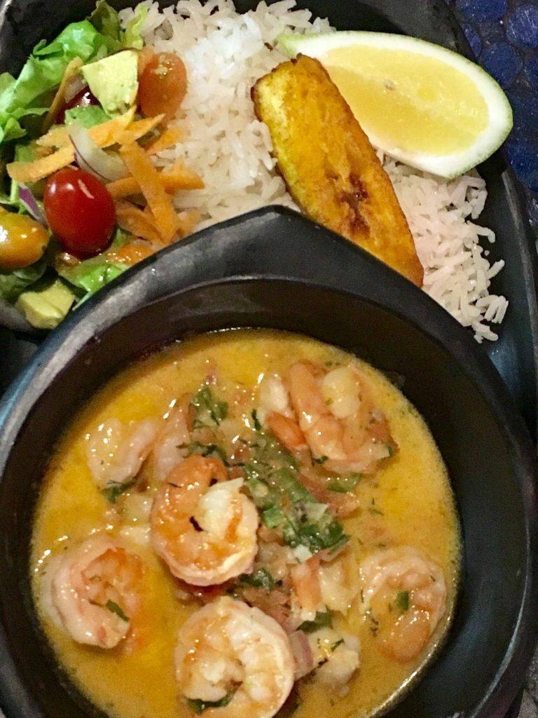 L'un des plats que vous pourrez retrouver au Café Mosaico à Quito: L'encocado de camarón, accompagné de sa salade de riz et plantain