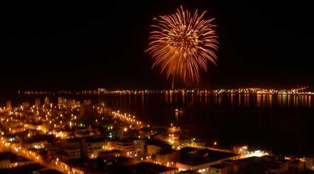 Feu d'artifice tiré depuis la plage en Équateur pour le nouvel an