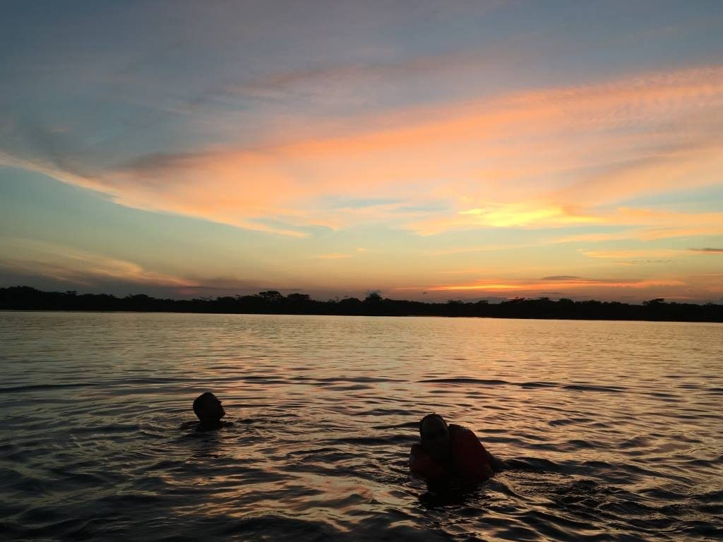 Baignade, Laguna Grande, Cuyabeno, coucher de soleil, groupe