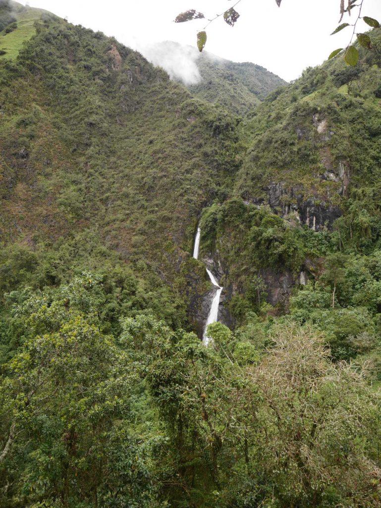 La vue à l'approche de la cascade