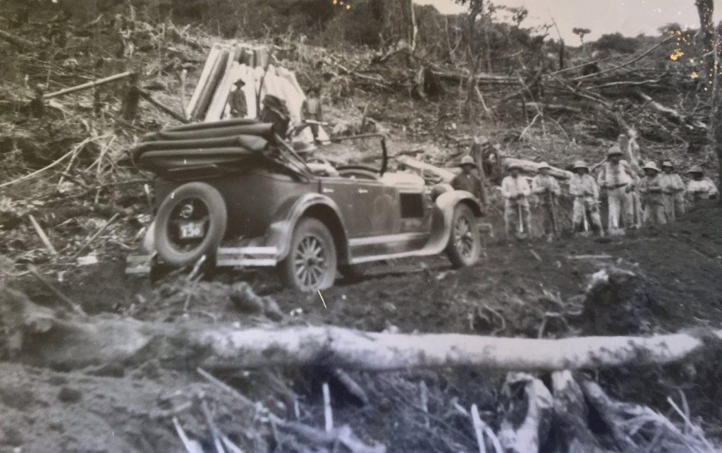 """Carlos Restrepo fit fortune avec l'exploitation du bois destiné à la construction du chemin de fer équatorien. Surnommé """"Le Roi du Bois"""""""