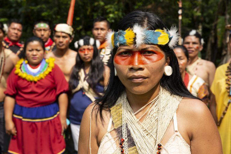 Nemonte Nenquimo et des membres de sa communauté. Crédit photo: Jerónimo Zúñiga, Amazon Frontlines.