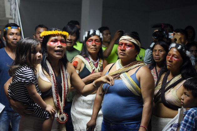 Nemonte Nenquimo après une longue audience à la Cour de Pastaza, en avril 2019. Crédit photo: Sophie Pinchetti/ Amazon Frontlines