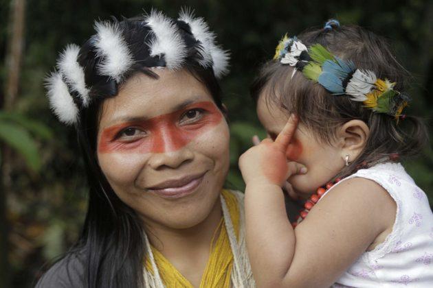 Nemonte Nenquimo et sa fille, Daime. Crédit photo: Jerónimo Zúñiga/ Amazon Frontlines
