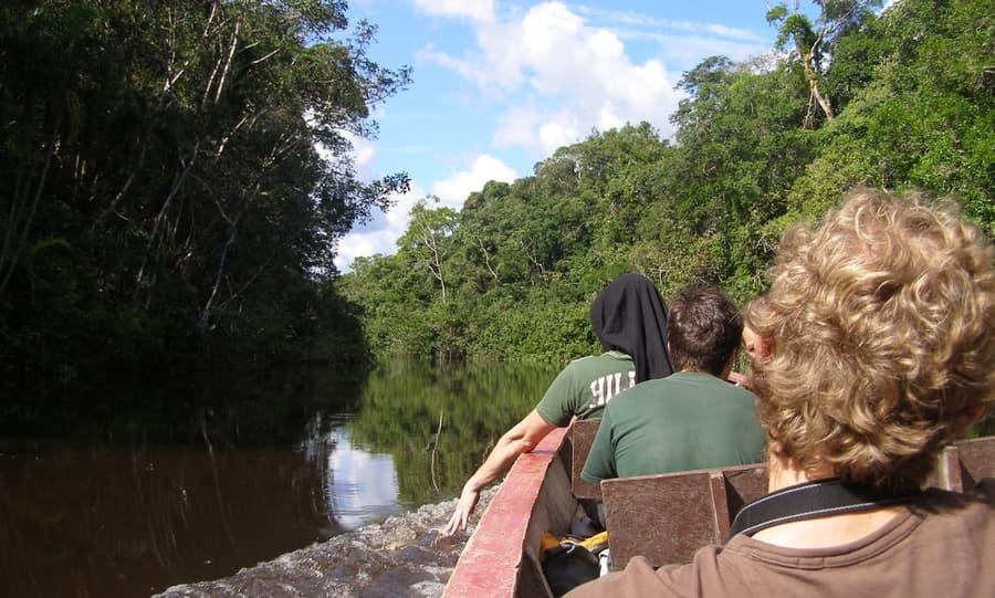 Hôtel Cuyabeno Lodge situé en Amazonie primaire, dans la réserve Cuyabeno, Equateur, trajet en canoe sur le fleuve