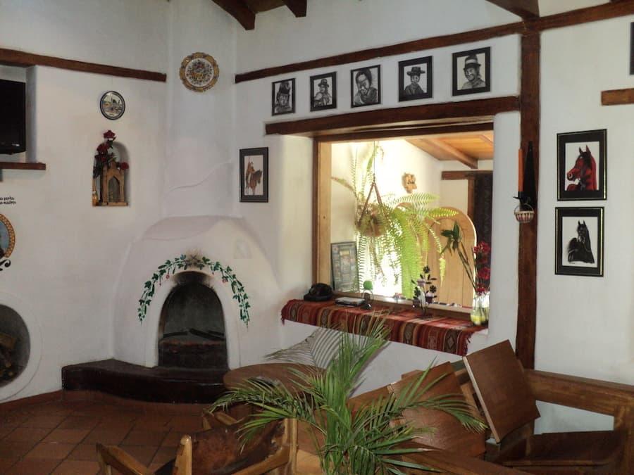 Hôtel Auberge Mama Hilda, Chugchilan près de la lagune Quilotoa, Equateur, salon et cheminée