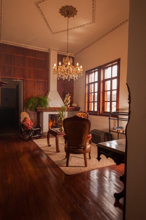 Hôtel Victoria, à Cuenca, Equateur, salon commun avec cheminée