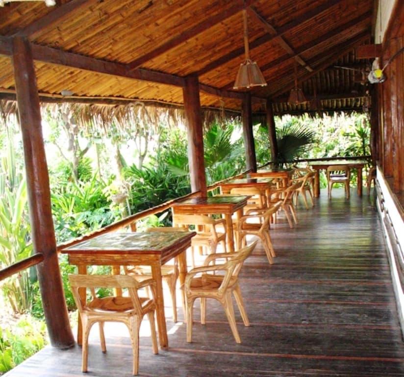 Lodge Mandala, Puerto Lopez, côte Pacifique d'Equateur, terrasse du restaurant