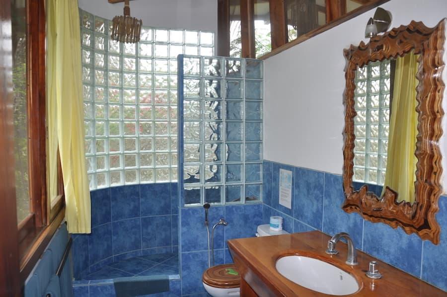 Lodge Mandala, Puerto Lopez, côte Pacifique d'Equateur, salle de bain de cabane supérieure