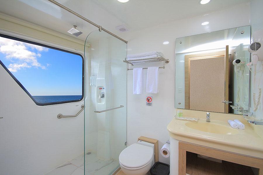 Croisière Galapagos Grand Queen Beatriz, salle de bain