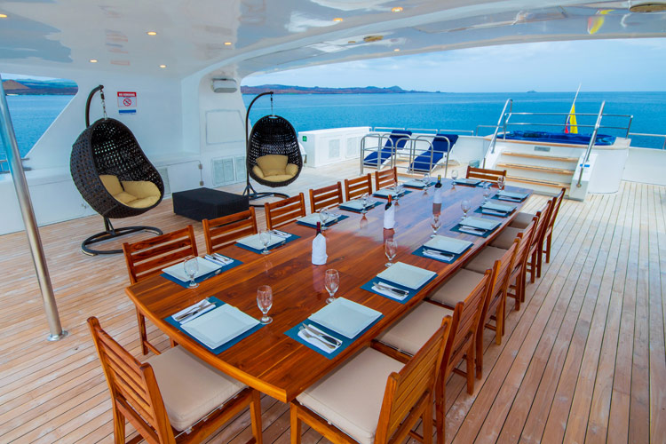 Croisière Cormorant Galapagos, restaurant extérieur