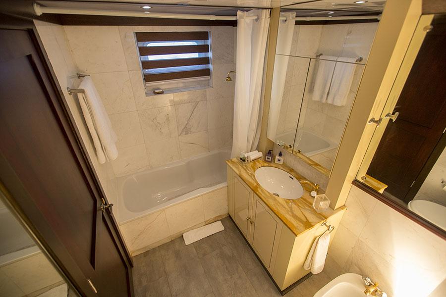 Croisière Passion Galapagos, salle de bain cabine standard