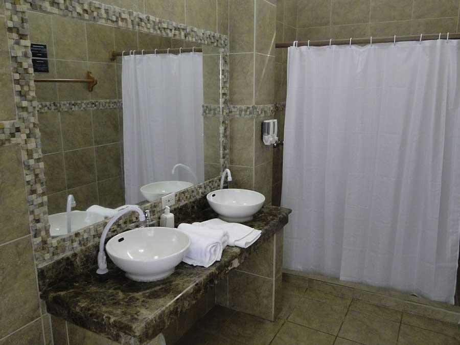 îles Galapagos: hôtel Albemarle, salle de bain