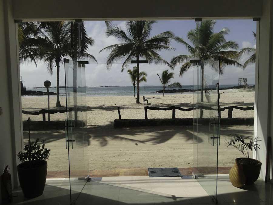 îles Galapagos: hôtel Albemarle, vue plage
