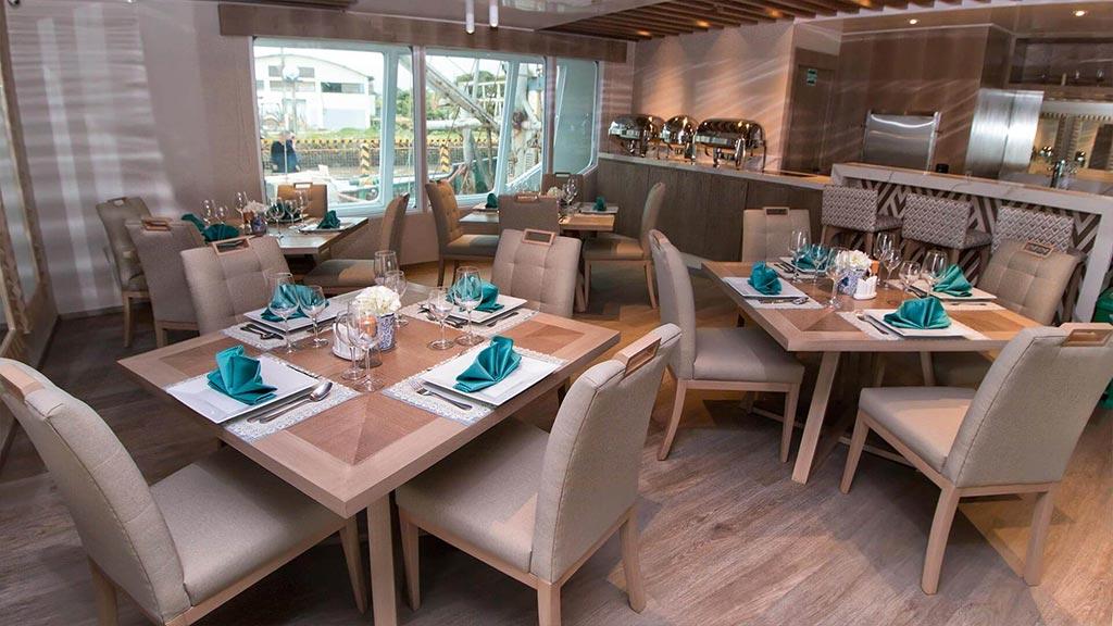 Catamaran Endemic, croisière de luxe aux Galapagos, restaurant intérieur