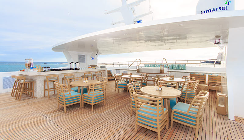 Catamaran Endemic, croisière de luxe aux Galapagos, restaurant extérieur