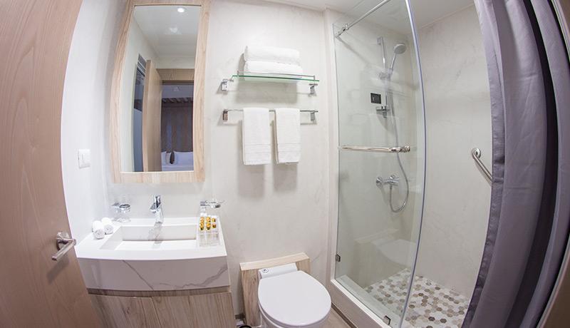 Catamaran Endemic, croisière de luxe aux Galapagos, salle de bain